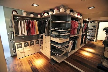 Prostor šatny rafinovaně zvětšuje velkoplošné zrcadlo. Je vybavena nábytkovým systémem z lamina, který byl zhotoven na zakázku.