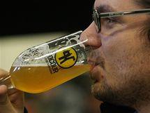 Ivan Vrhlík ochutnává mok z pivovaru Velký Rybník u Karlových Varů.