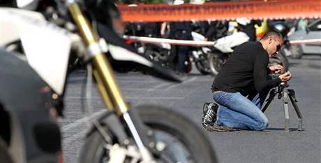 Řecký pyrotechnik zasahuje při likvidaci explozivních zásilek (1. listopadu 2010)