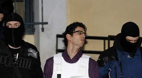 Řecká policie eskortuje podezřelého z přípravy balíčkových bomb (2. listopadu 2010)