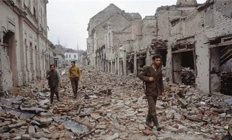Srbské jednotky procházejí rozbombardovaným Vukovarem (1991)