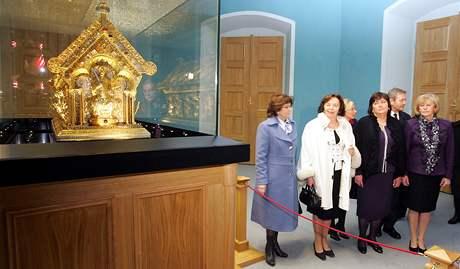 První dámy u relikviáře svatého Maura na zámku v Bečově nad Teplou.