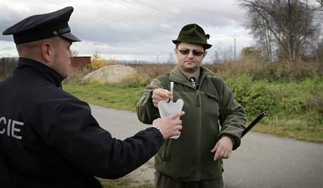 Policisté kontrolovali zbraně a testovali přítomnost alkoholu v dechu u myslivců v Bavorovicích na Českobudějovicku.