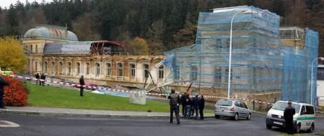 V Mariánských Lázních se při rekonstrukci lázeňského domu zřítilo lešení, jeden dělník zahynul