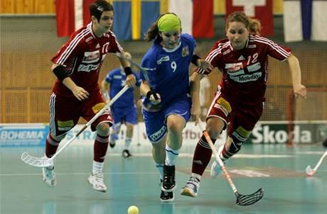 Momentka z florbalového utkání žen mezi Českem (v červeném) a Švýcarskem.