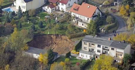 Kráter v obydlené čtvrti německého Schmalkaldenu. (1. listopadu 2010)