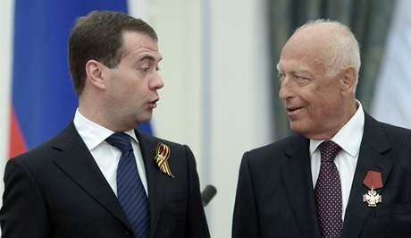 Někdejší ruský premiér Viktor Černomyrdin s ruským prezidentem Dmitrijem Medveděvem