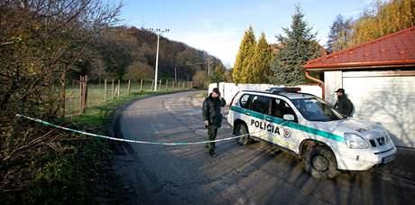 Slovenská policie hlídkuje u domu Ernesta Valka v Limbachu (9. listopadu 2010)
