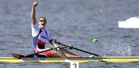 Ondřej Synek v cíli vítězného finále závodu skifařů na MS na Novém Zélandu