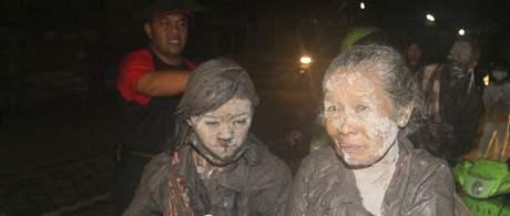 Vesničané opouštějí domovy po další erupci sopky Merapi (5. listopadu 2010)