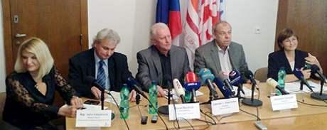 Odboráři vyhlásili stávku na protest proti chystanému snižování platů státních zaměstnanců a proti změně zákoníku práce. (2. listopadu 2010)