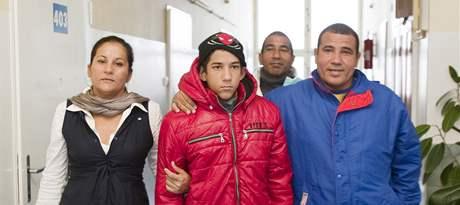 Kubánský disident Rolando Jiménez Pozada se svou rodinou přichází na vyšetření do nemocnice na Bulovce. (27. října 2010)