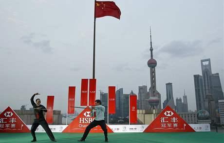Tiger Woods (vlevo) a Lee Westwood similují v Šanghaji před HSBC Champions souboj o místo světové jedničky v čínském stylu.