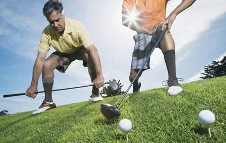 Rozcvičování před golfovou hrou.