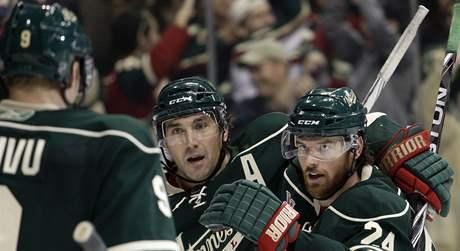 G�lov� radost hokejistù Minnesoty, vpravo se pøipojuje ke gratulac�m Martin Havl�t.
