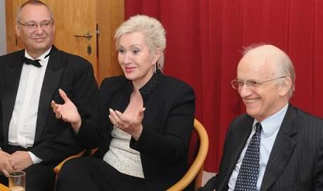Zleva primátor města Plzně Pavel  Rödl, Eva Urbanová a dirigent Ivan Pařík.