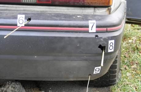 Policisté zasáhli auto hned několikrát, prostříleli obě zadní pneumatiky.