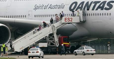 Cestující obřího Airbusu A380 vystupují krátce po nouzovém přistání z letadla (4. listopadu 2010)