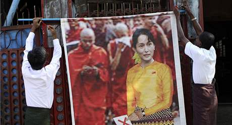 Příznivci Národní demokratické síly vyvěšují před svým sídlem plakát se Su Ťij