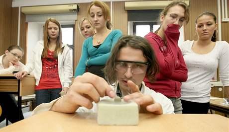 Chemici z VŠCHT ukázali studentům jihlavského gymnázia, jak může vypadat moderní hodina chemie.