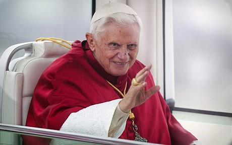 Ulicemi města papež projel v papamobilu.