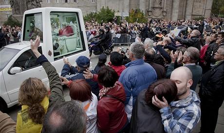 Papeže v ulicích vítaly tisíce lidí.