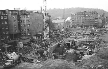 Stavba stanice metra b moskevská (dnes anděl) na křižovatce anděl