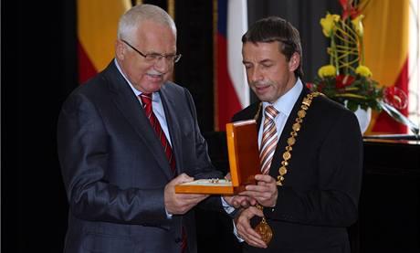 Primátor Pavel Bém a prezident Václav Klaus na Staroměstské radnici.