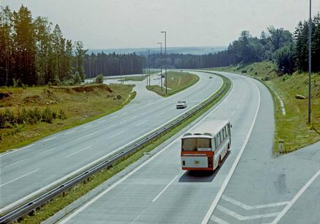 Prázdná dálnice D1 v osmdesátých letech 20. století u Pávova.