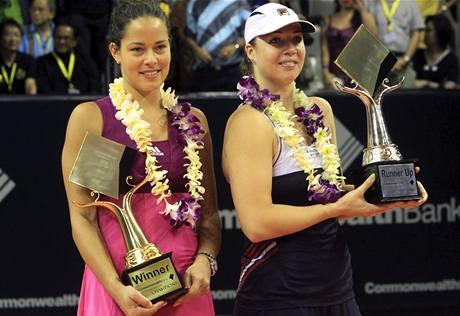 Finalistky turnaje na Bali Ana Ivanovičová (vlevo) a poražená Alisa Kleybanovová