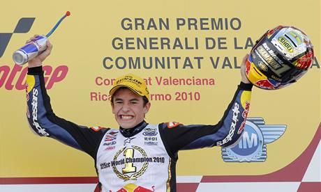 MLADÝ MISTR SVĚTA. Marc Márquez slaví celkové vítězství v kategorii pětadvacítek.