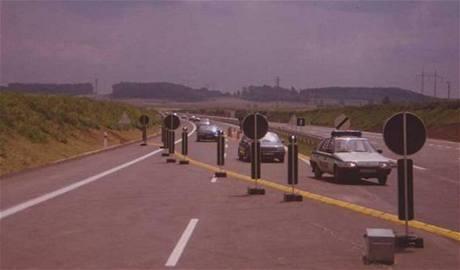 Slavnostní kolona projíždí při otevření úseku D8 23. července 1993 křižovatkou Úžice.