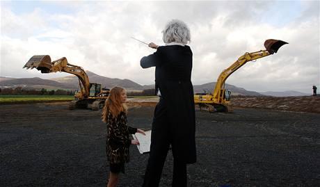 Nečekanou hravost předvedli stavaři v listopadu 2007, kdy při dokončení dalšího úseku dálnice D8 předvedli balet strojů v rytmu valčíku.