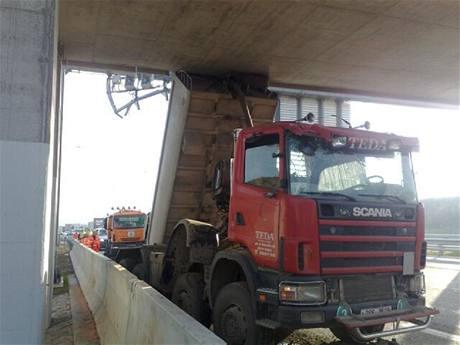 Nehoda nákladního vozu na Pražském okruhu (1.11.2010)