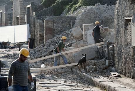 Dělníci u trosek Domu gladiátorů v Pompejích