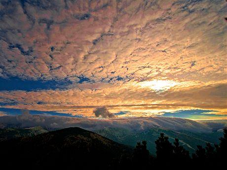 Hlavní hřeben Nízkych Tater zakrytý oblaky
