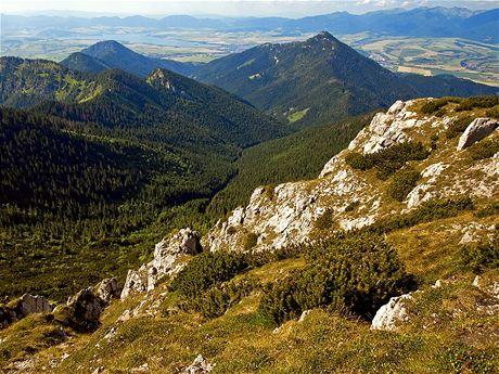 Iľanovská dolina, nalevo Pusté 1501 m, vpravo Poludnice 1549 m, (letní foto)