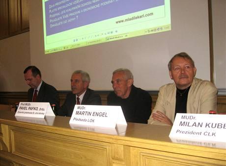 Předseda asociace děkanů LF Tomáš Zima, ministr zdravotnictví Leoš Heger, chirurg Pavel Pafko a předseda LOK Martin Engel (zleva) na diskusi svolané sdružením Mladých lékařů. (6. listopadu 2010)