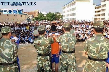 Čínský vězeň byl odsouzen k trestu smrti před zraky mladých školáků.