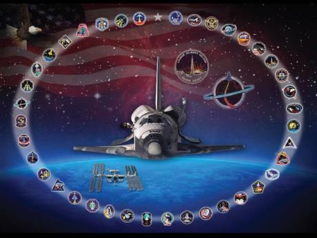 Raketoplán Discovery - tablo s emblémy misí
