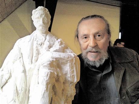 Jaroslav Hanzík se sochou Františka Ulricha