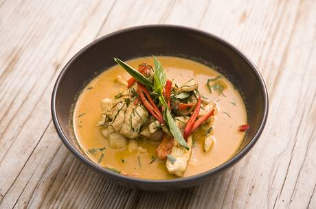 Kuřecí nudličky na Paneng curry pastě s kokosovým mlékem (Paneng kai))
