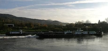 Loď uvízlou v Děčíně na Labi se snaží vyprostit z mělčiny remorkér Beskydy.