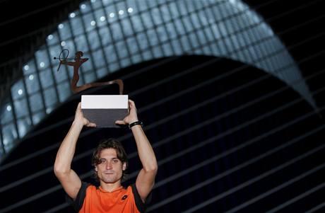 VÍTĚZSTVÍ. Španělský tenista David Ferrer pózuje s trofejí pro vítěze.