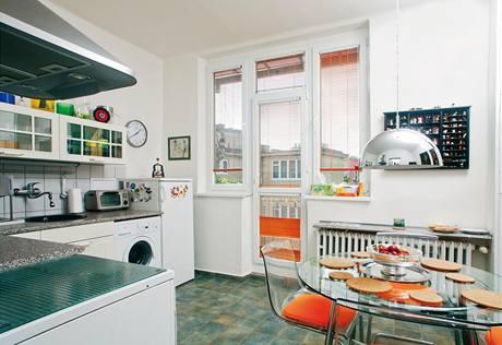 """Z kuchyně se vstupuje na balkonek určený k sušení prádla, který na nikotinu závislým návštěvám příležitostně slouží i jako """"kuřácký salon""""."""