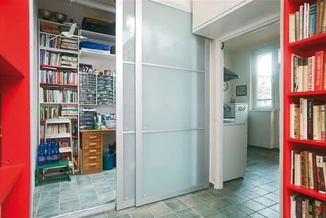 Pánská záležitost, dílnička oddělená od předsíně posuvnými dveřmi