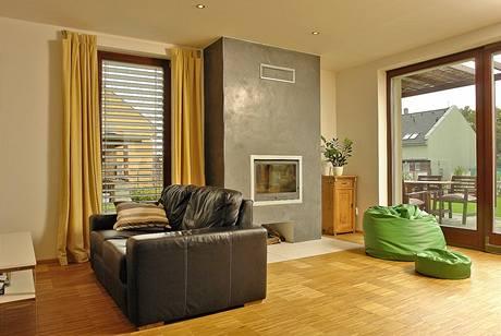 Dřevo hraje v exteriéru i interiéru důležitou roli a tím, že na prvcích z tohoto materiálu investoři nešetřili,dodává celku příjemný a osobitý vzhled