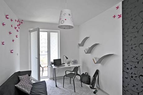Pokojík je laděn ve stejném stylu jako celý byt. Zajímavé jsou dekorace na stěně v podobě růžových kvítků (Umbra). Stejná bude i Viktorova ložnice, která však čeká na dokončení.
