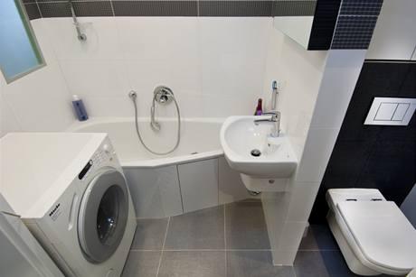 Bílý lesklý obklad koupelnu opticky zvětšuje