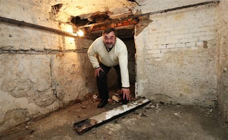 Ve sklepě domu se po důlních otřesech ze stropu uvolnila traverza.